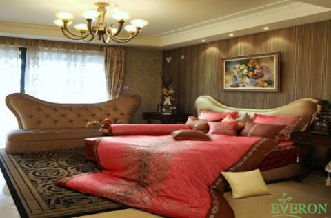 Nếu bạn yêu thích phong cách lãng mạn cổ điển thì bộ chăn ga với họa tiết cổ vintage sẽ mang lại sự sang trọng cho phòng ngủ của bạn. Bộ chăn ga EP 1384 với màu đỏ tươi tương trưng cho tình yêu nồng nàn sẽ là chất xúc tác cho tình yêu của hai bạn
