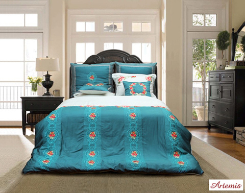 Một bộ chăn ga gối đệm Artemis AT 90 với màu xanh hoàng gia và những đường thêu sắc sảo nổi bật sẽ mang lại đẳng cấp cho căn phòng của bạn.
