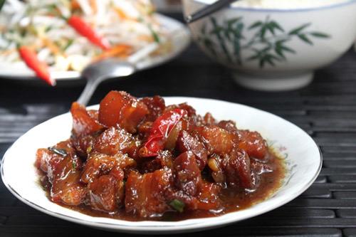 Miếng thịt ba chỉ mềm, có màu cánh gián đẹp, thơm thơm mùi hạt tiêu. Món này mùa lạnh ăn với cơm nóng thật ngon.
