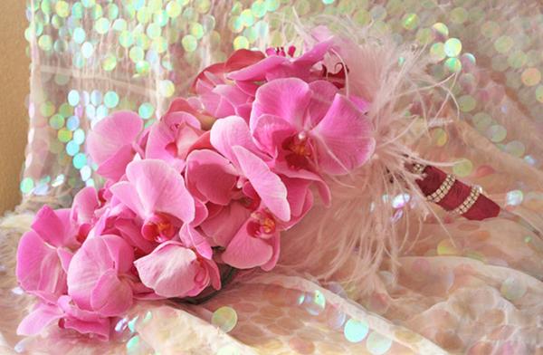 Hoa cưới kết từ lan hồng với kiểu dáng dài thanh thoát.