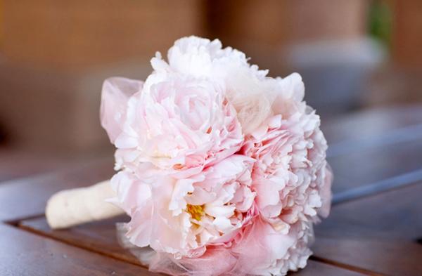 Bó hoa mẫu đơn phớt hồng sẽ làm cô dâu thêm dịu dàng trong hôn lễ.