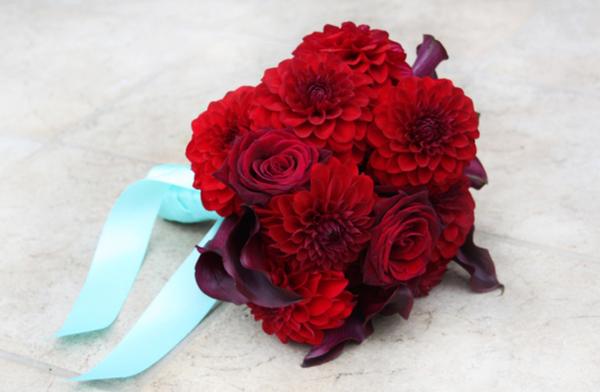 Hoa hồng đỏ cũng là loại hoa được ưa chuộng trong đám cưới.