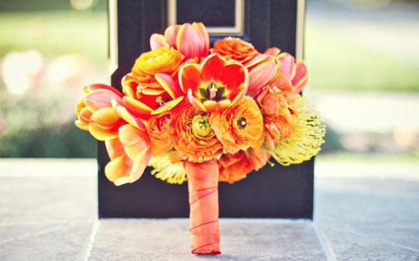 Vào mùa xuân, bó hoa tulip và mao lương màu cam sẽ là lựa chọn hoàn hảo.