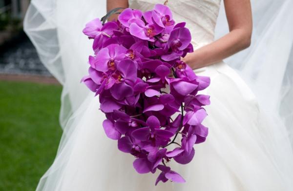 Một sắc màu khác được cô dâu ưa chuộng là màu tím lãng mạn.