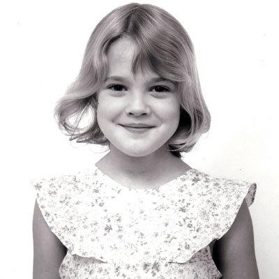 Ở tuổi 38, hiện tại Drew Barrymore đã là bà mẹ một con và có hơn 30 năm cống hiến cho điện ảnh. Cô đóng phim từ năm 5 tuổi và nhanh chóng trở thành một sao nhí tài năng của Hollywood.