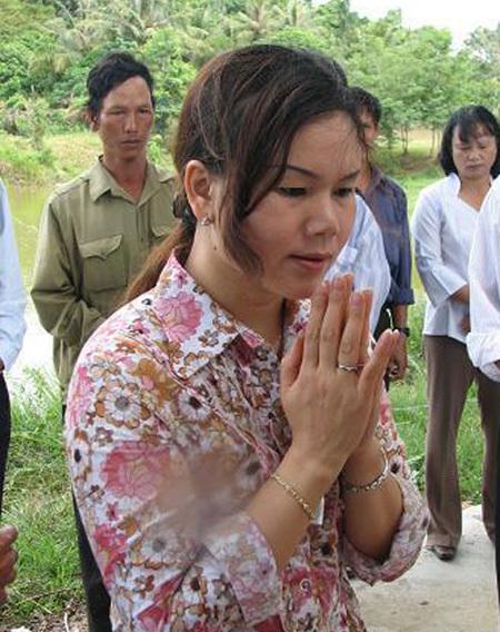 Nhà ngoại cảm Phan Thị Bích Hằng trong một chuyến đi tìm mộ liệt sĩ.