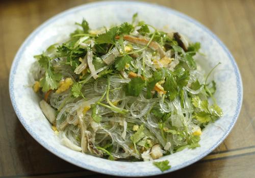 Với nguyên liệu không quá cầu kỳ, bạn có thể chuẩn bị cho nhà món miến trộn để đổi vị trong những bữa không muốn ăn cơm.