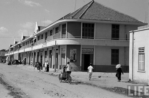 Nhiều ngôi nhà của người Hoa ở Chợ Lớn thời gian này treo cờ Tưởng Giới Thạch, một lực lượng ngoại quốc đã đóng quân ở Việt Nam sau năm 1945. Đến năm 1956, tên gọi kép Sài Gòn - Chợ Lớn bị bãi bỏ. Toàn bộ khu vực Chợ Lớn chính thức thuộc về đô thành Sài Gòn.