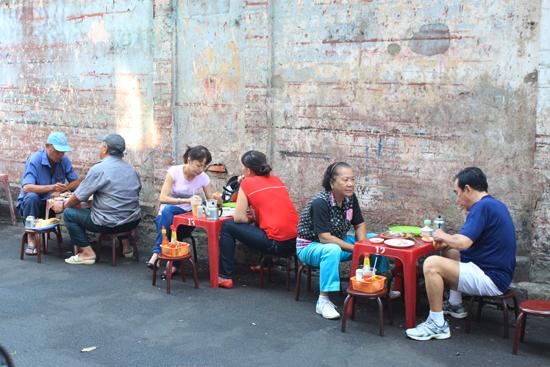 Thực khách của quán đa phần là những người lớn tuổi, gắn bó với quán từ mấy chục năm qua.