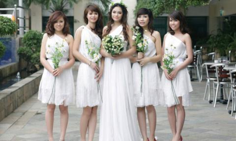 Nhẹ nhàng, thanh thoát, những chiếc váy mang phong cách Hy Lạp.