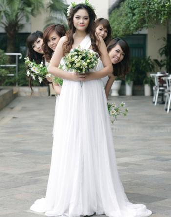 Kiểu váy này vừa tôn chiều cao của các cô gái mà còn giúp họ khoe được những đôi vai trần mỏng manh quyến rũ