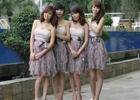 Với mẫu váy ngắn thắt nơ eo các cô gái trở nên trẻ trung nhưng cũng không kém phần xinh đẹp.