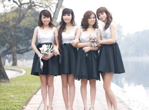 Sự kết hợp giữa ánh bạc, kim tuyến, trắng và đen sẽ rất phù hợp cho những cô phù dâu cá tính