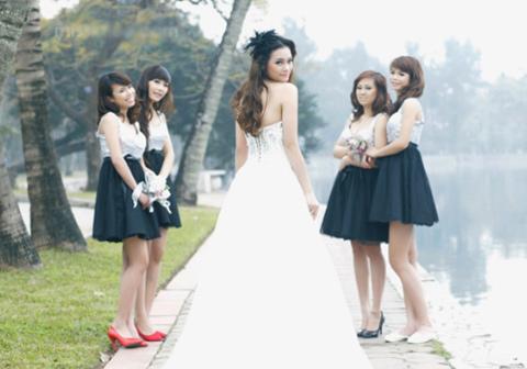 Váy phù dâu dễ kết hợp với váy cưới kết đá, cườm tập trung ở phần ngực.