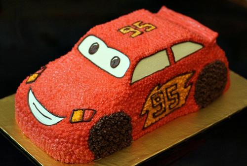 Không cần phải mua một chiếc bánh hình ôtô đắt tiền, chỉ cần khéo léo một chút là bạn cũng có thể tạo hình chiếc bánh gato hình ôtô Mc Queen cho con trai nhân ngày sinh nhật rồi.