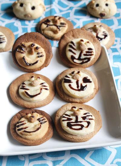 Thỉnh thoảng bạn hãy trổ tài vào bếp làm bánh cùng với bé. Bánh quy giòn rụm, thơm mùi bơ với những hình thù ngộ nghĩnh dễ thương. Bé cũng có thể phụ mẹ làm bánh nữa đấy.