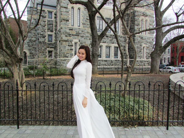 Sáng chủ nhật, nữ ca sĩ dậy sớm đi lễ nhà thờ