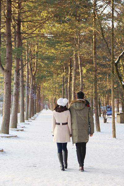 Từng đến Hàn Quốc vào mùa thu năm ngoái để ghi hình cho MV Nếu như ngày xưa, Trà Ngọc Hằng đã có dịp trở lại xứ sở kim chi vào những ngày đông lạnh giá nhất với nhiệt độ -16, -17 độ C. Lần này, cô chọn đảo Nami, địa danh du lịch nổi tiếng với bộ phim truyền hình Bản tình ca mùa đông để quay clip.