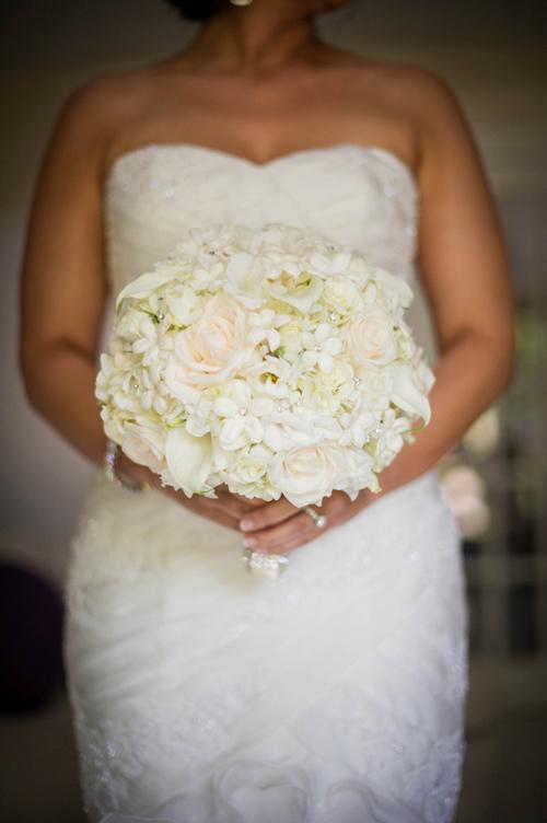 Trong khi đó, cô dâu lại chọn hoa cưới màu trắng để trung hòa.