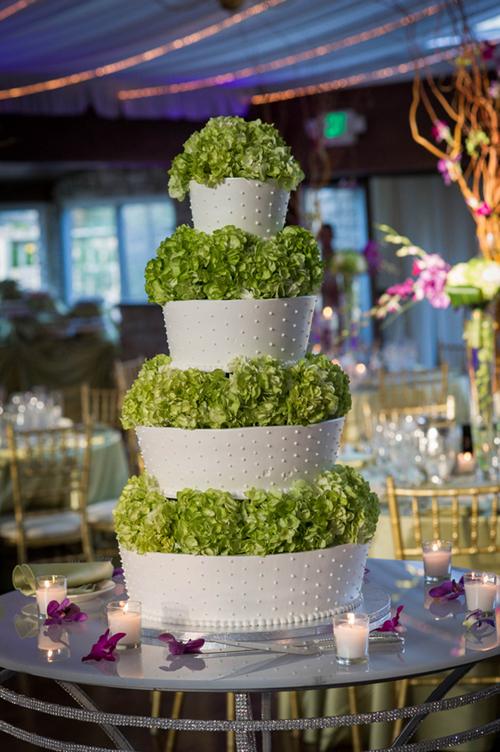 Chi tiết xabg ấn tượng nhất trong đám cưới là bánh cưới phủ hoa cẩm tú cầu.