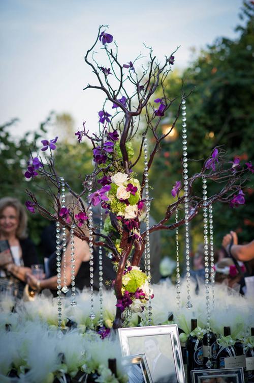 Với không gian đón khách, những bông hoa lan tím lại trở thành điểm nhấn nổi bật giữa sắc xanh và trắng.