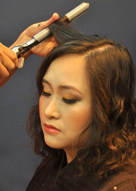 Kiểu tóc xoăn, đánh rối tạo độ phồng cho tóc và mang lại vẻ tự nhiên, hiện đại cho cô dâu.