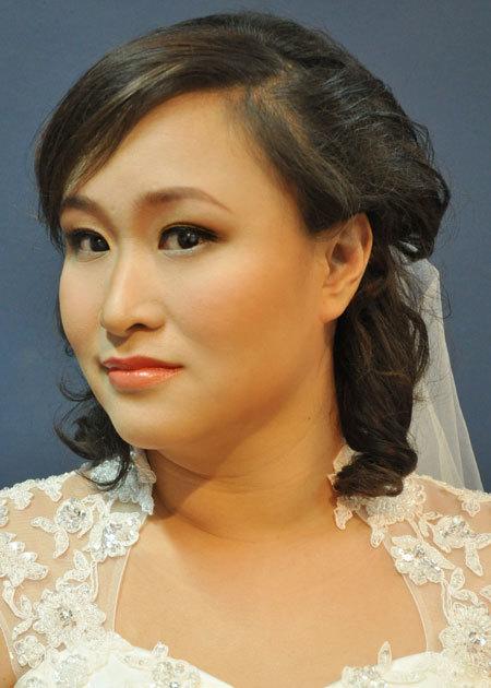 Bộ ảnh được thực hiện với sự hỗ trợ của chuyên viên trang điểm My Nguyễn, áo cưới lamnhi.