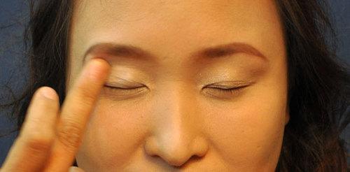 Sử dụng màu vàng đồng để phủ mí mắt, tạo cảm giác mắt sáng và đẹp tự nhiên.