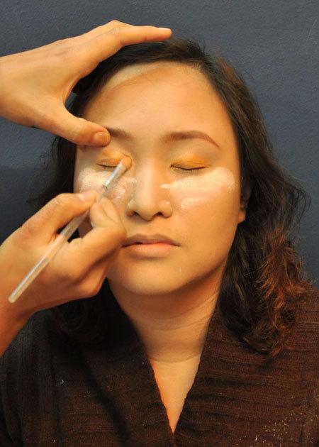 Tông màu nâu đậm vừa giúp tạo khối đôi mắt hiệu quả, vừa tạo cảm giác đôi mắt rõ nét và to tròn hơn khi kẻ mí.