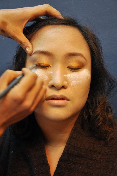 Sau khi dán mí giả, chuyên viên trang điểm sử dụng phương pháp vẽ mí đậm và to, kết hợp cách đánh khối, giúp đôi mắt nổi bật hơn. Như vậy, kết hợp vẽ mí đậm và dùng miếng dán, đôi mắt cô dâu sẽ to hơn