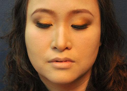 Dán mascara loại có độ dài và cong vừa phải, nhằm giữ được nét tự nhiên mà vẫn nổi bật đôi mắt.