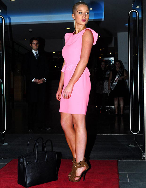 Thời gian gần đây, cô nàng đình đám lại thích mặc những bộ váy màu hồng.