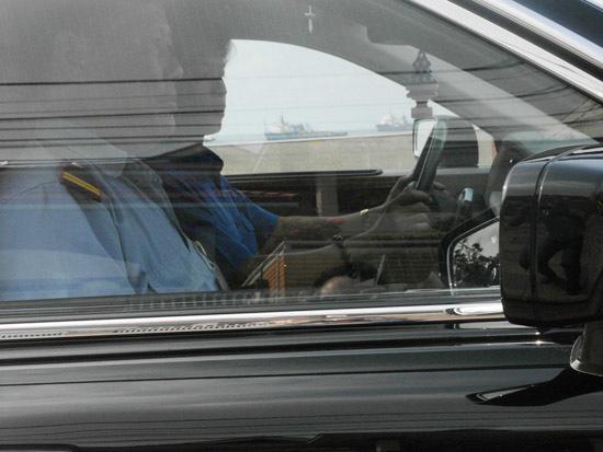 Phía trước xe, một vệ sĩ ngồi bên phải, và một vệ sĩ kiêm luôn vai trò tài xế.