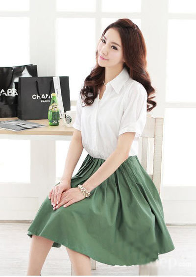 Áo đơn giản, chân váy xòe caph ngang eo, dài đến gối phù hợp vóc dáng bạn.