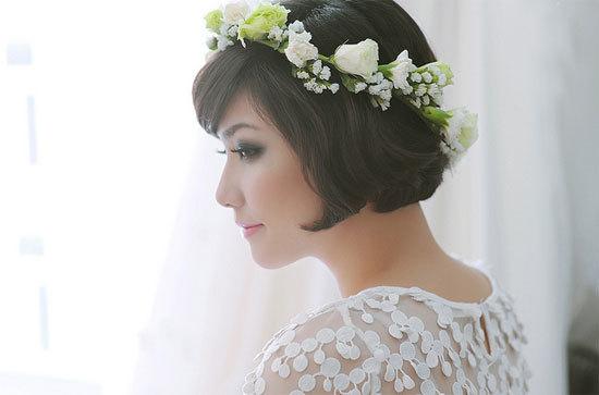 Để tạo vẻ đẹp hoàn hảo trong ngày cưới, cô dâu cần tập trung vào tất cả như mái tóc, trang điểm, phụ kiện, váy cưới... Ảnh: TuArts Nguyen.