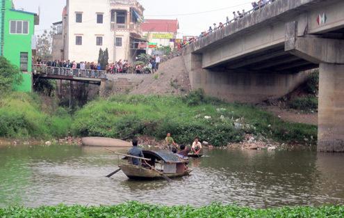 Nhiều người dân tập trung tại cầu và bờ sông theo dõi lực lượng cứu hộ tìm kiếm thi thể thiếu nữ. Ảnh: Phương Bắc