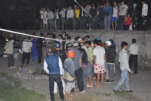 Rất đông người dân đứng trên cầu và vây quanh xác nạn nhân.