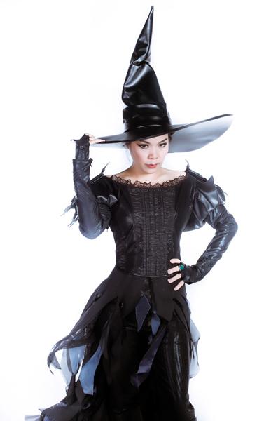 Mỹ Lệ lạ lẫm với tạo hình nhân vật phù thủy độc ác Wicked Witch.