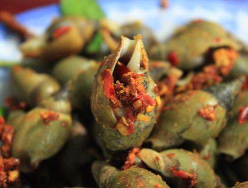 Những con ốc được rang thấm đẫm muối ớt rất hấp dẫn.