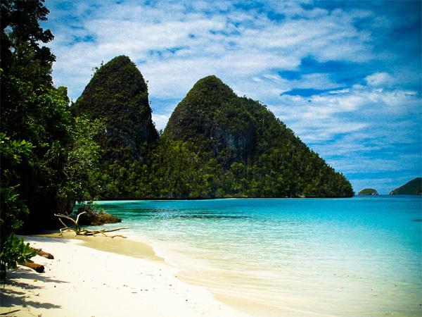 Raja Ampat có hơn 40.000 km vuông đất liền và sở hữu công viên biển lớn nhất Indonesia, thuộc vùng tam giác san hô Indonesia, Philippines và Papua New Guinea.