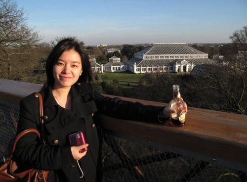 """""""Zhang Jing không chỉ học giỏi mà còn biết khiêu vũ và chơi bóng chuyền. Tuy nhiên, đôi lúc cô ấy lạnh lùng không nói gì suốt cả buổi chiều, và chỉ tập trung suy nghĩ hay đọc sách"""", một người bạn cùng lớp của Zhang kể lại."""