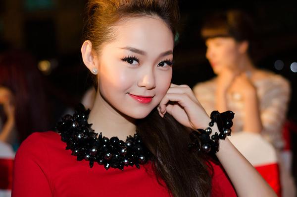 Ca sĩ Minh Hằng bay từ Sài Gòn ra để dự event. Cô nổi bật trong bộ đầm đỏ rực rỡ.