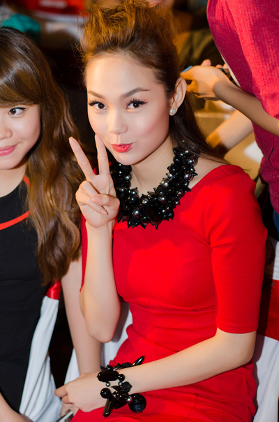 Nữ ca sĩ được rất nhiều bạn trẻ vây quanh để xin chữ kỹ và chụp hình.