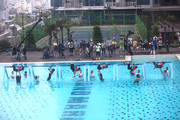Nước dưới bể bơi khá lạnh nhưng các nghệ sĩ vẫn nhảy xuống nước để vượt qua thử thách leo qua cầu khỉ.