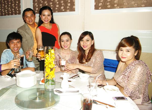 Các thành viên nhóm Mắt Ngọc tới chia vui với gia đình Xuân Hiếu.