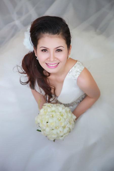 Chiếc váy cưới đính đá tinh tế ở vai, eo, giúp tập trung sự chú ý vào những điểm nhấn trên váy. Bên cạnh đó, kiểu cổ váy chữ V khoét sâu đem lại vẻ quyến rũ cho cô dâu.