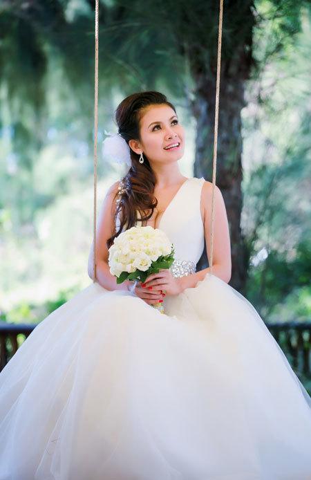 Váy cưới với dây vai to bản cũng giúp che đi phần nào bắp tay to của cô dâu.