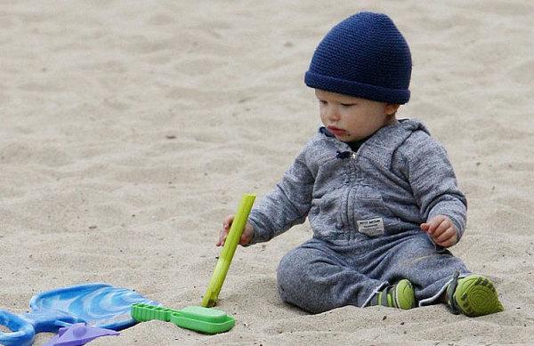 Con trai Ben và Jennifer thích thú nghịch cát.