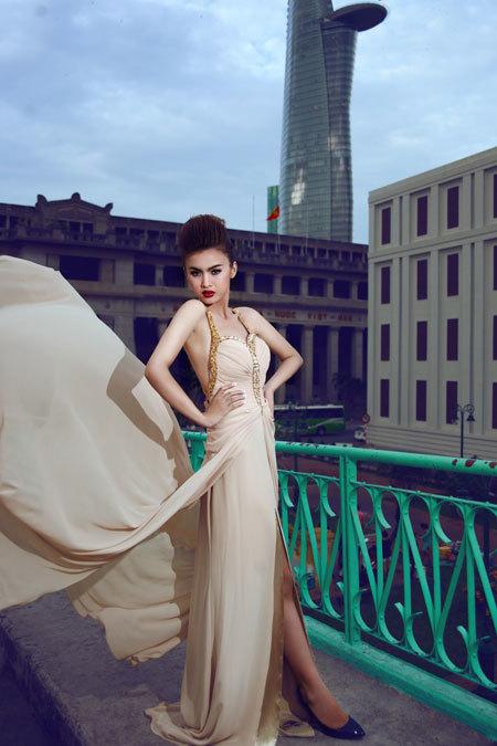 Cô dâu có thể kết hợp phong cách trang điểm này với váy dạ hội quyến rũ, hoặc những kiểu váy cưới mang phong cách cổ điển, tông màu sáng.