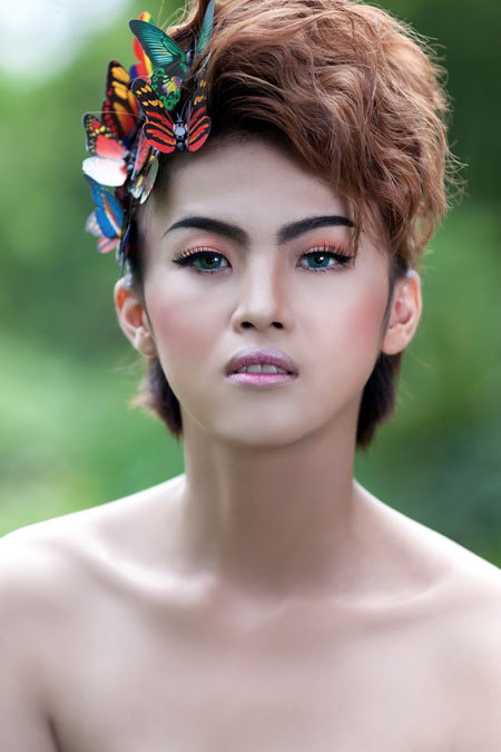 Bộ ảnh được thực hiện với sự cộng tác của chuyên viên trang điểm Huy Kibi và áo cưới Kim Tuyến Bridal.